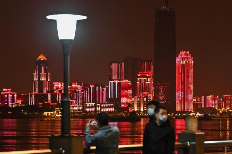 Cidade de Wuhan iluminada à noite.