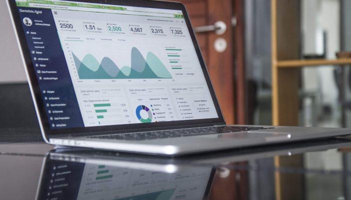 Computador mostra análise de dados.
